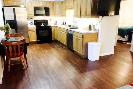 #1: Clean, Safe, Furnished 2BR Apt - Johnson City - Lägenhet