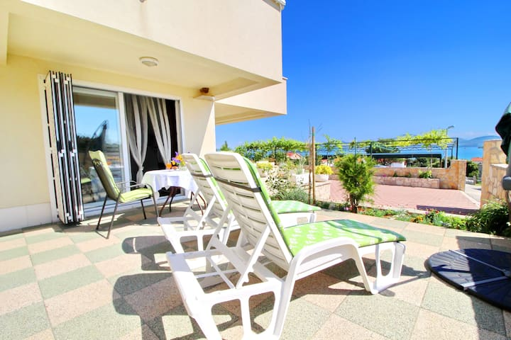 Apartments Gusti - Studio Apartment with Terrace and Sea View