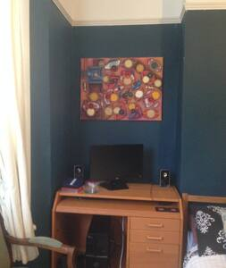 Big double room with super comfortable bed! - London