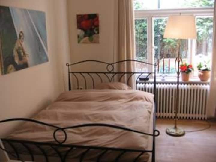 Gemütliches Zimmer mit breitem Bett