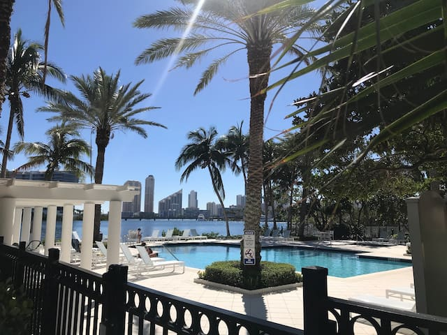 In the heart of Aventura - Waterfront Relaxation