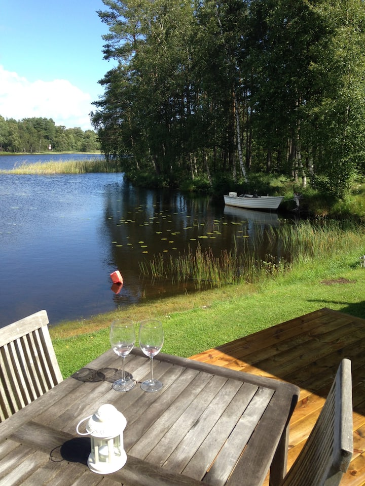 Hus vid egen sjö