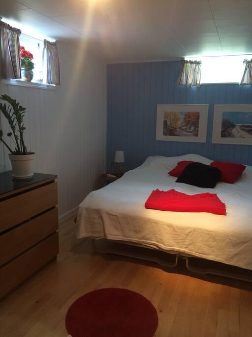 Välkommen in i andra rummet med två 90 cm sängar.