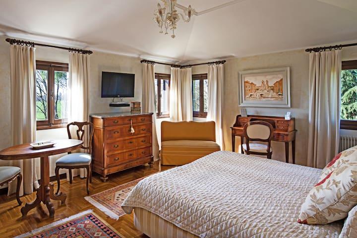 B&B Luxury Double Bedroom in villa
