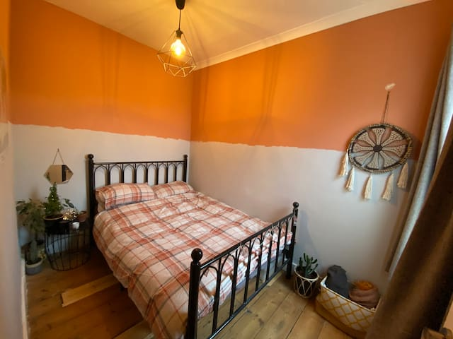 Cozy Bedroom Close To Town Centre