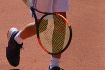 Mehrere Tennisanlagen (in-/outdoor), auf denen auch Gastspieler willkommen sind, in direkter Nähe
