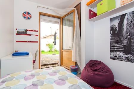 Chambre simple chez l'habitant - House