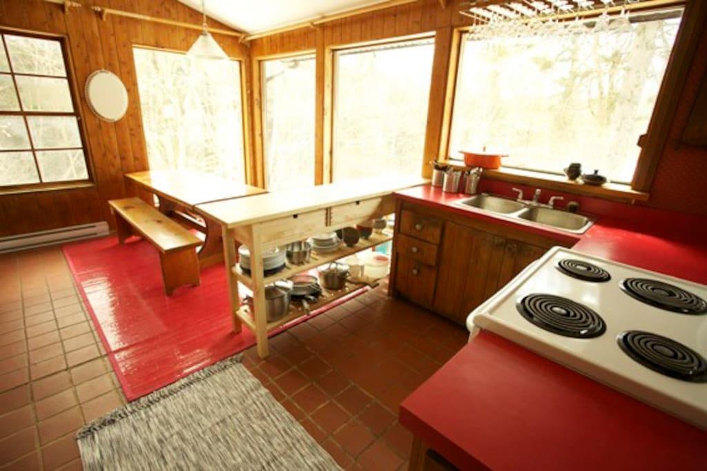 Cuisine et salle à manger, sur la forêt.