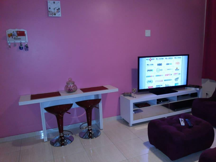Sala de estar: destaque para mesa de jantar dobrável
