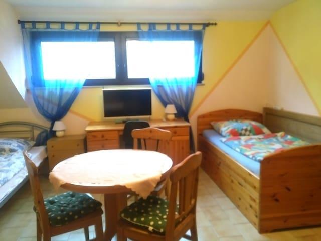 Ein- bis Dreibettzimmer mit Gem.-küche und -bad