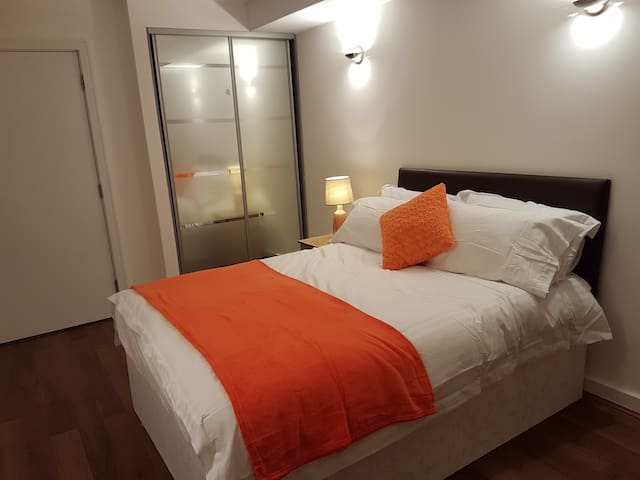 Beautiful 2 bed apartment - 2 mins to Train/Bus St - Slough - アパート