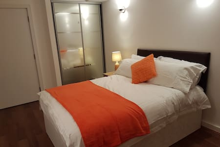 Beautiful 2 bed apartment - 2 mins to Train/Bus St - Slough - 公寓