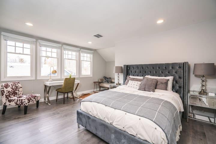 Bedroom 1: Large master bedroom with retreat area, en-suite bathroom, quality linen, down comforter (winter time), 100% pima cotton sheets, duvet cover.
