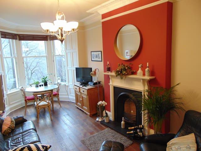 Beautiful, bright bedroom in Morningside flat