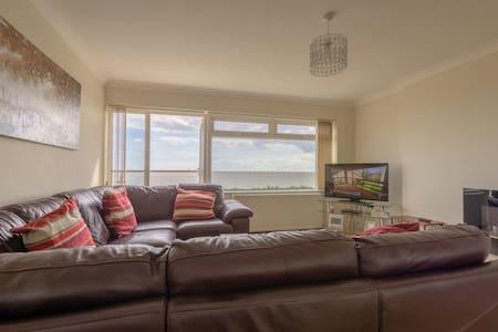 Amazing 3 Bedroom Apartment 30 seconds to beach