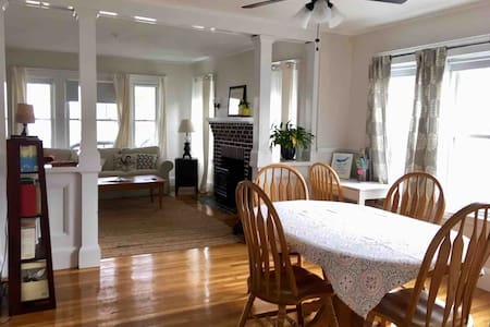 Sunny, clean Wollaston 2BR near Red Line and beach
