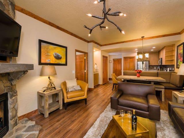Luxury Condo w/Full Kitchen, Living Room Pool/Gym