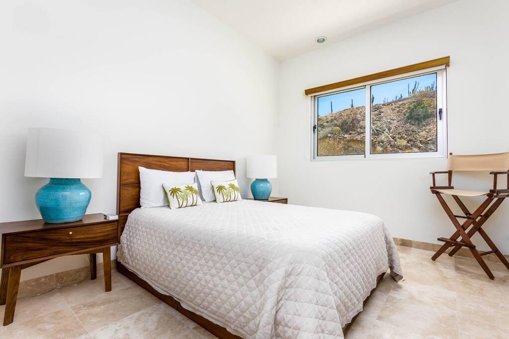 Segunda recamara con cama queen size y vistas al desierto
