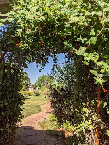 Gateway to the Rockies-Private Unit, Lovely Garden