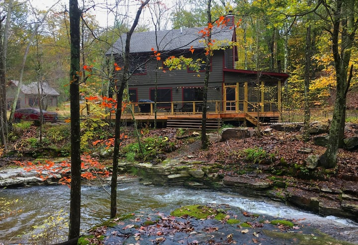 Peaceful cabins by the river, fantastic WiFi