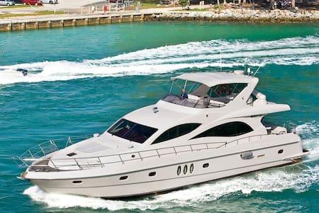 Luxury 66 yacht - Miami Beach