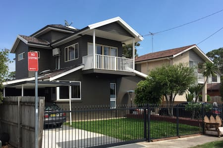 Two Level 6 Bedroom House with Pool, BBQ & Parking - Old Toongabbie - Casa