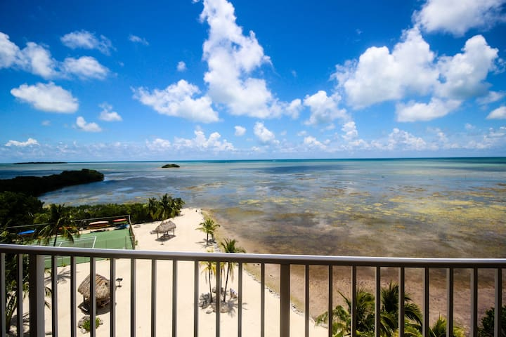 Sixth-floor oceanfront condo w/sweeping ocean views & shared pool