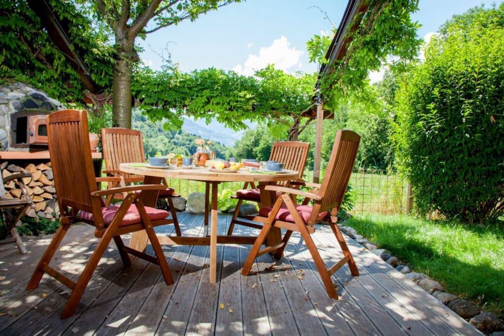 petit-déjeuner sur la terrasse, pain et confiture maison, produits locaux