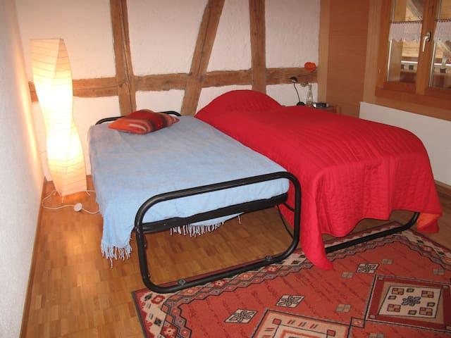Zimmer mit zwei Betten,Kommode,Gestell,