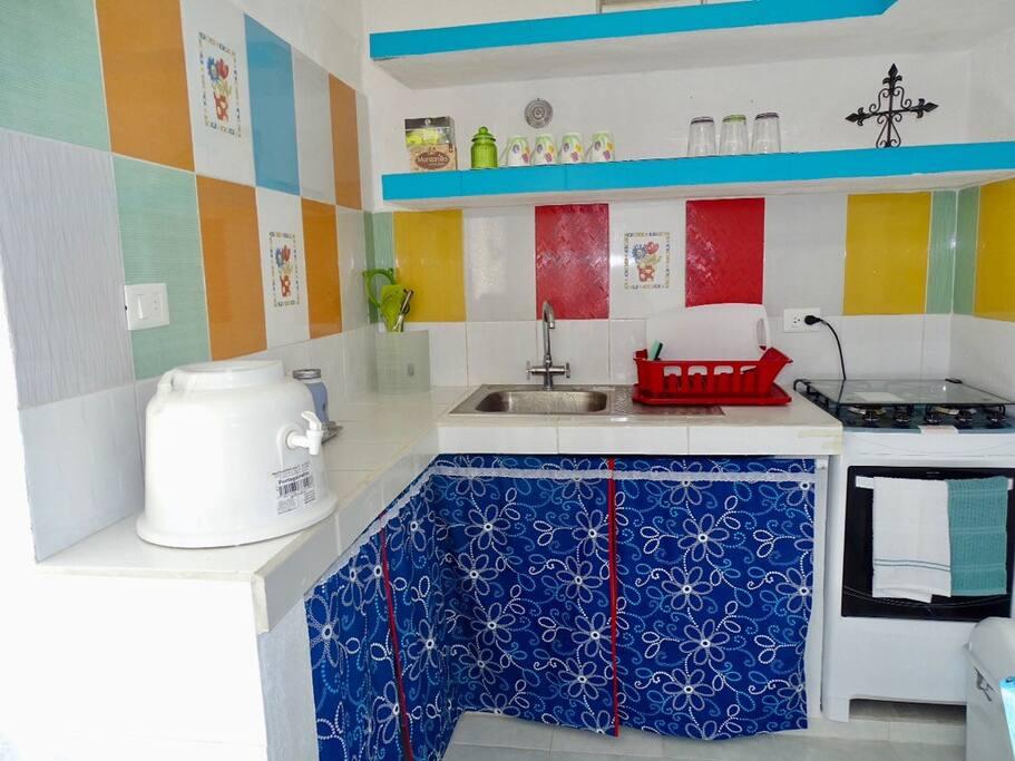 En la cocina hay toda clase de accesorios, platos, vasos, cacerolas, sartén, cubiertos, aceite, sal, servilletas, café, cafetera, microondas, licuadora, tostador, destapa corchos para botellas de vino, etc