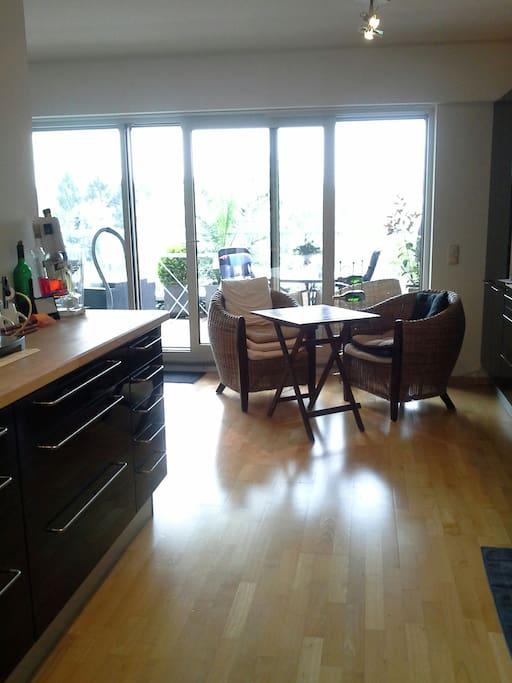 Die offene Wohnküche mit Blick auf die Terasse,  das gemütlichste Eck der ganzen Wohnung