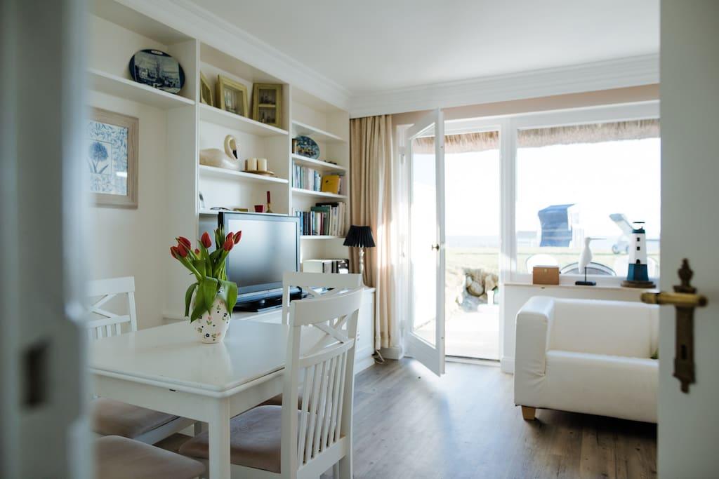 Wohnzimmer mit Esstisch (ausziehbar) und Terrassentür