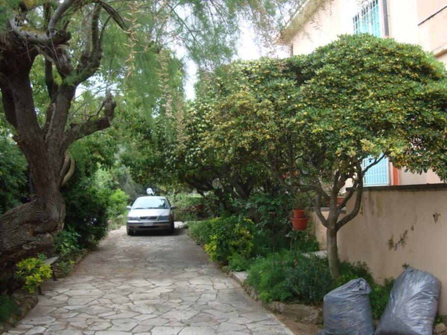 Ampio giardino ombroso e parcheggio interno
