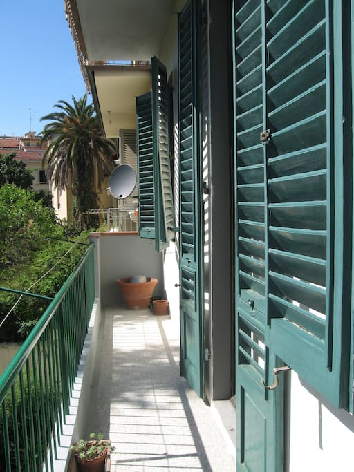Lunga balconata affacciata sul giardino interno