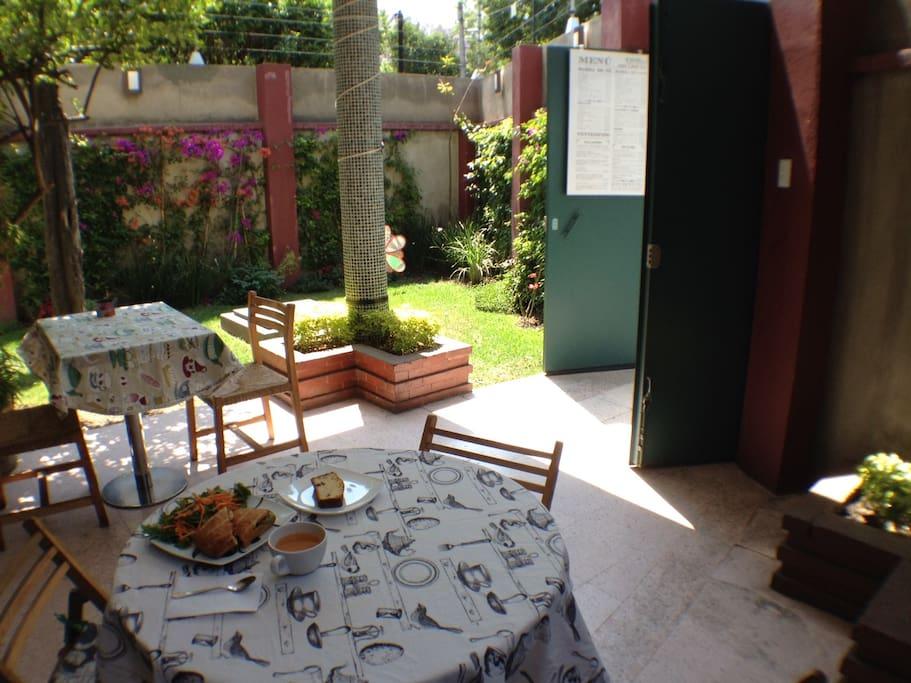 Agradable terraza para disfruta el desayuno / comfy terrace to enjoy breakfast