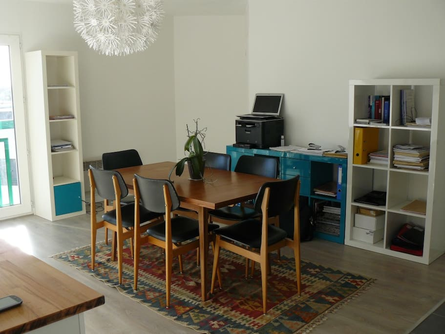 La pièce principale côté salle à manger