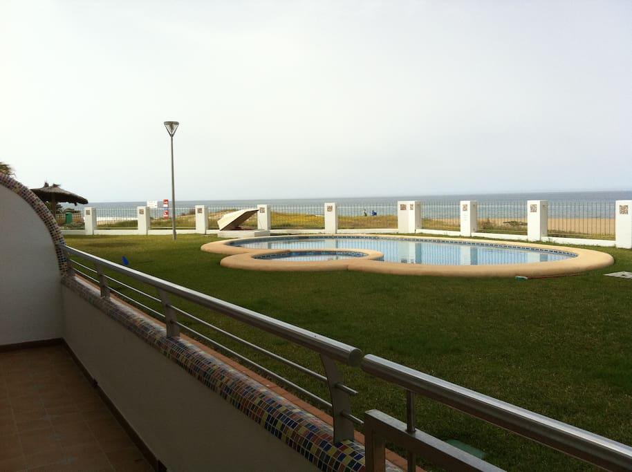 Terraza  con vistas a la piscina y playa.