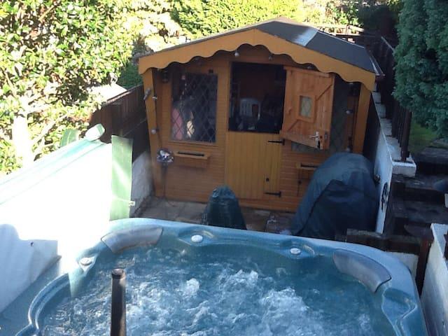 Cosy Chalet Style Hut k - Alloa