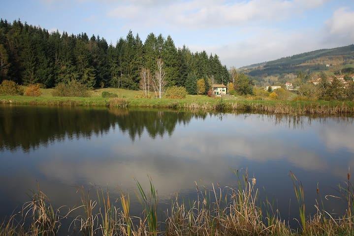 Maison au bord d'un étang - Poule-les-Écharmeaux - Talo