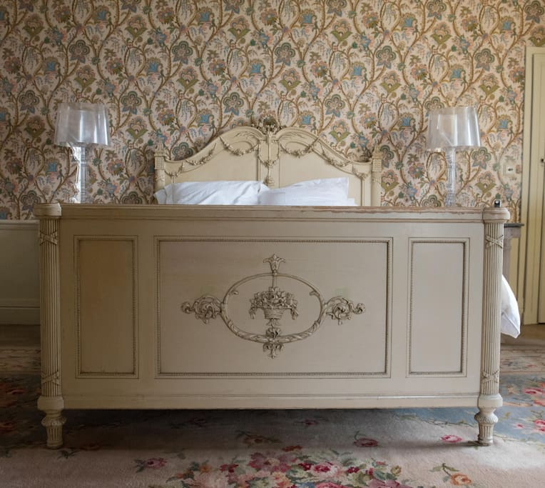 The antique French bed in 'Chambre Perse'
