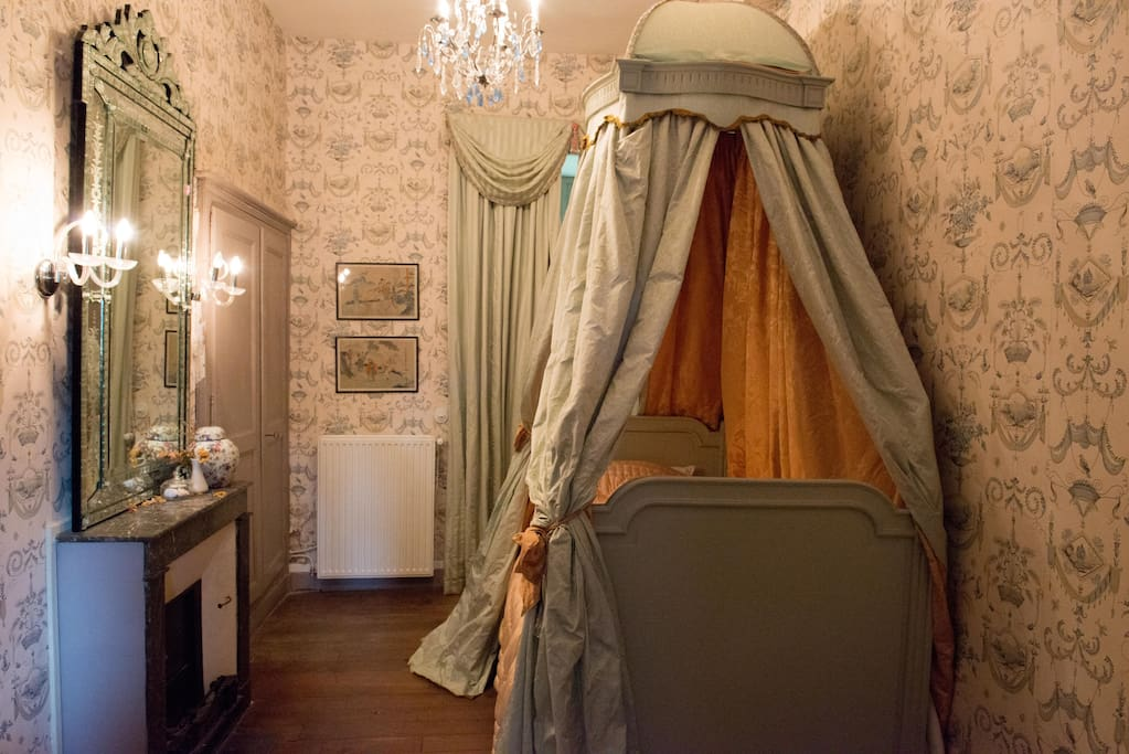 The 18th century French bed in 'Chambre Polonaise'
