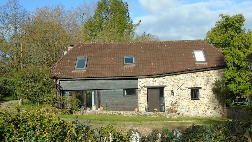 Peaceful old barn in a lovely Devon valley - Clayhidon - House