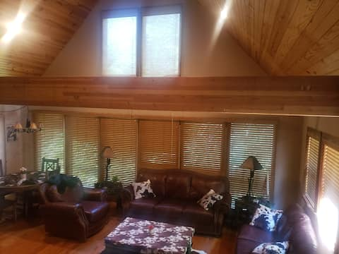 Cozy peaceful cabin in woods w games/grill/firepit