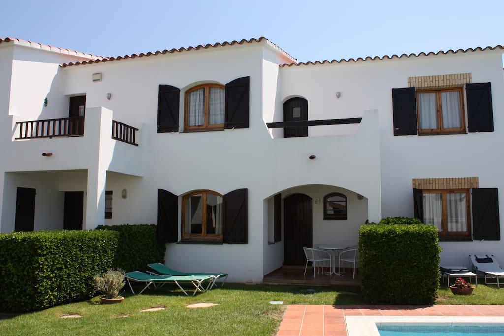 Casa adosada con porche, terraza y jardín privados.