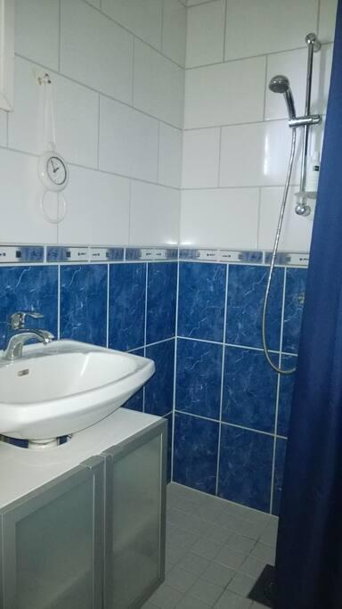 Kylpyhuone = Shower, bathroom, washing machine