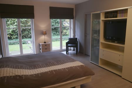 Cosy room with private bathroom in Kortrijk area - Kuurne - Huvila