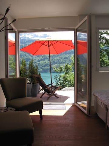 Zimmer mit Küchenecke (ohne Herd) + Bad + Terrasse