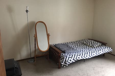Cozy private room with attached half bathroom - Endicott - 公寓