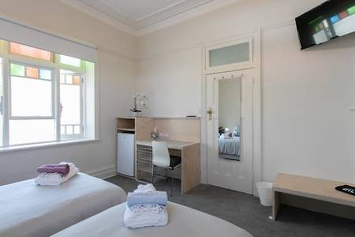 Ilona's Bondi Rm 1 - King Bed (shared bathroom)