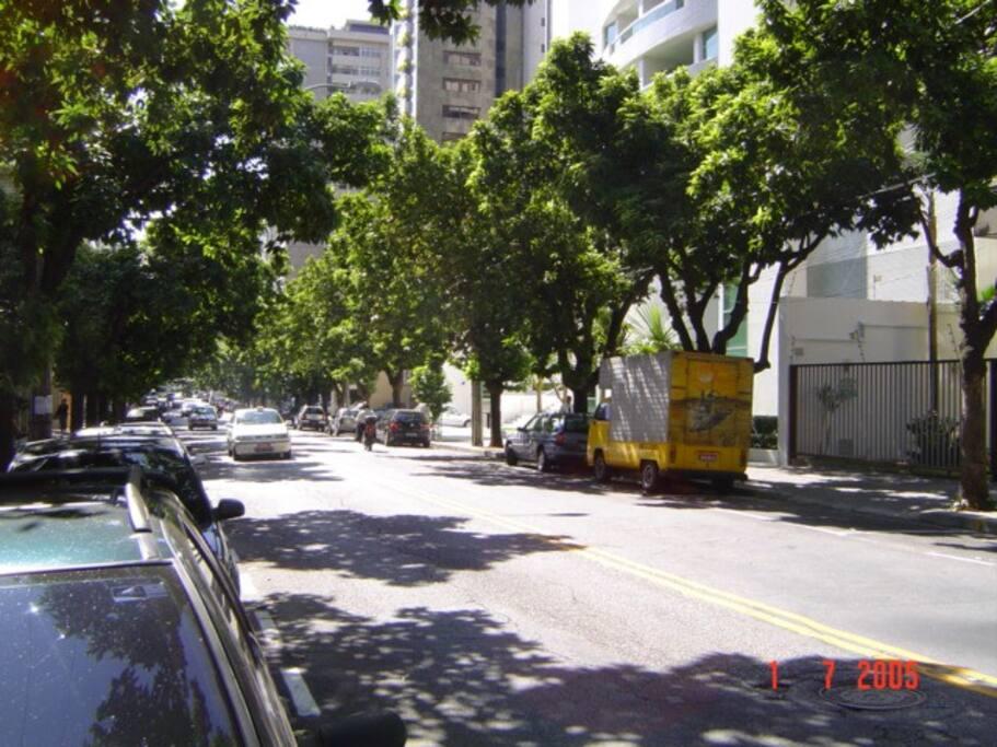 Rua agradável, com padaria na quadra ao lado do prédio.